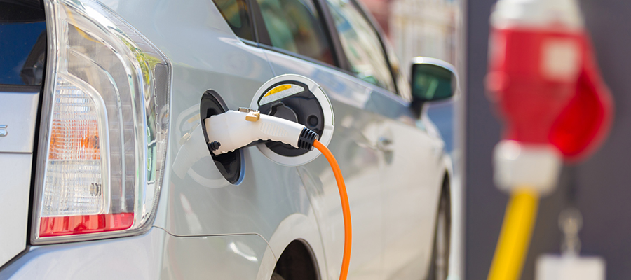 Минпромторг поможет создать сети электрозарядных станций и заправок СПГ