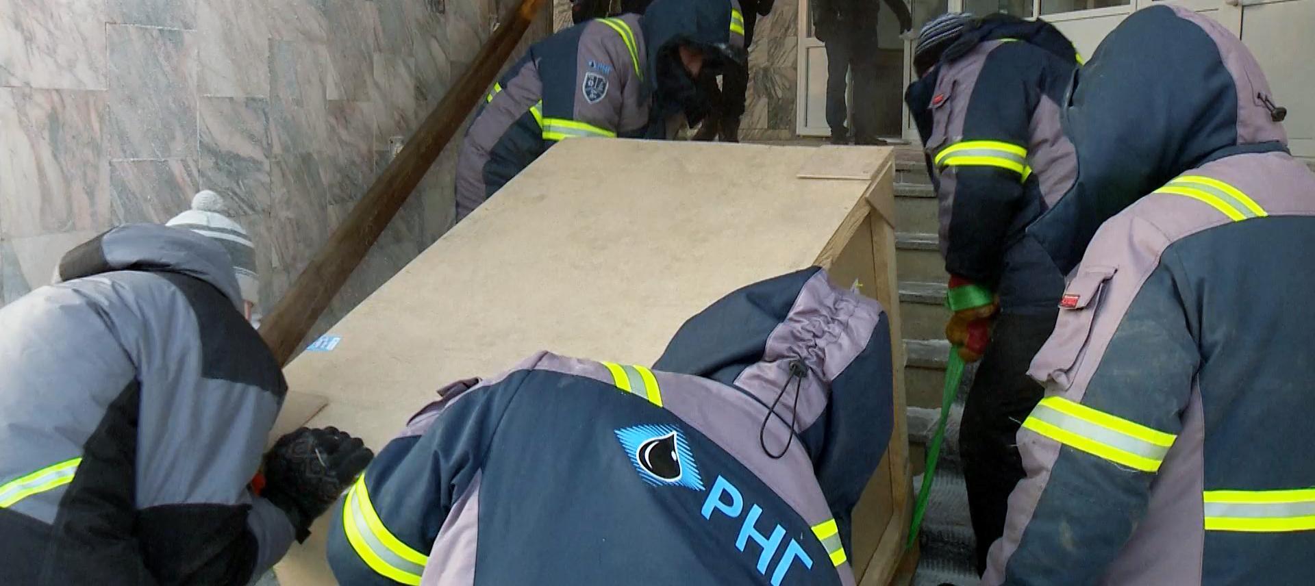 АО «РНГ» передало Мирнинской больнице современные операционные столы