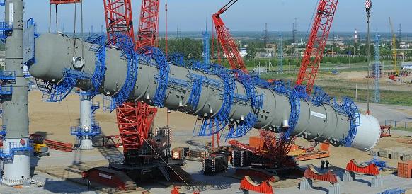 «Газпром нефть» завершила установку 64-метровой ректификационной колонны нового комплекса глубокой переработки нефти на Омском НПЗ