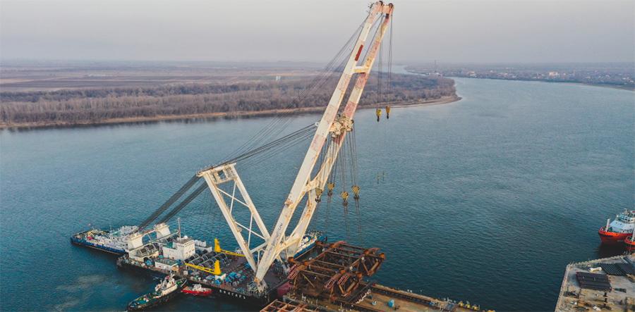 Плавкран ЮЦСС провел грузовую операцию для ЛУКОЙЛа