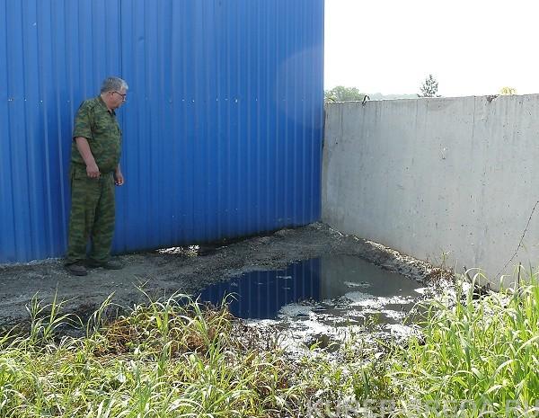 Нефть стекает в речку Шадриху с промышленной площадки в Бердске