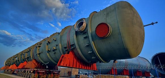 На Омском НПЗ началась транспортировка крупногабаритных колонн на площадку строительства комплекса глубокой переработки нефти