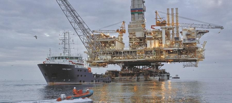SOCAR эвакуировала более 200 сотрудников с морских объектов на Каспии из-за сильного ветра