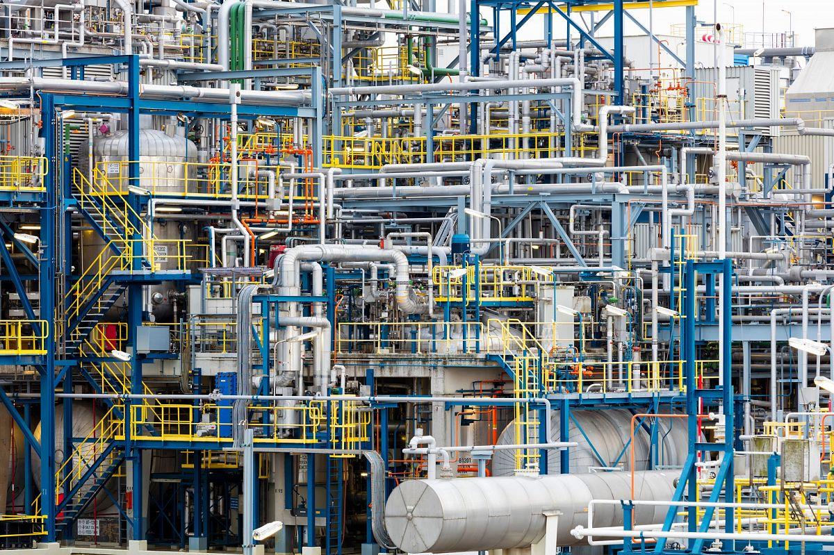 Обзор технологических аспектов первичной переработки с учетом переменного состава нефтяного сырья