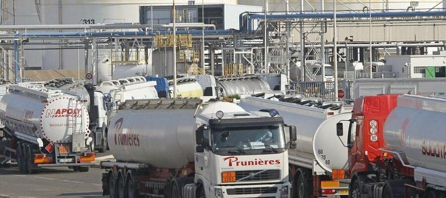 Во Франции протестующие заблокировали 7 нефтеперерабатывающих заводов из 8-ми - Новости нефти, новости газа, новости ТЭК