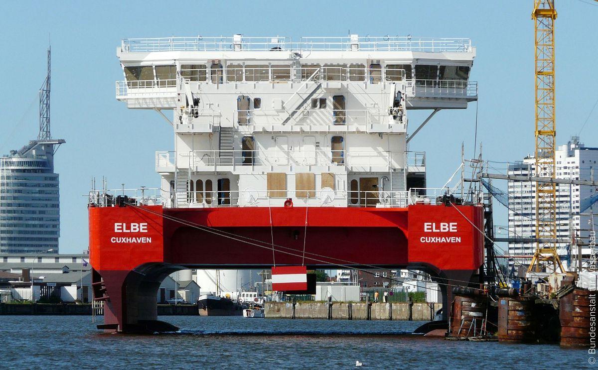 Судно-катамаран для обеспечения  морской нефтегазодобычи