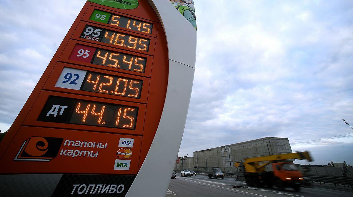 Цену на бензин заморозили на летнем уровне